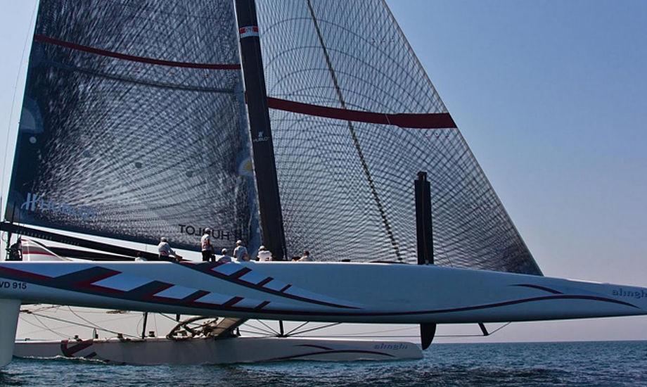 Alinghi sejler med North Sails 3DL, mens BMW Oracles storsejl er et hårdt vingesejl.