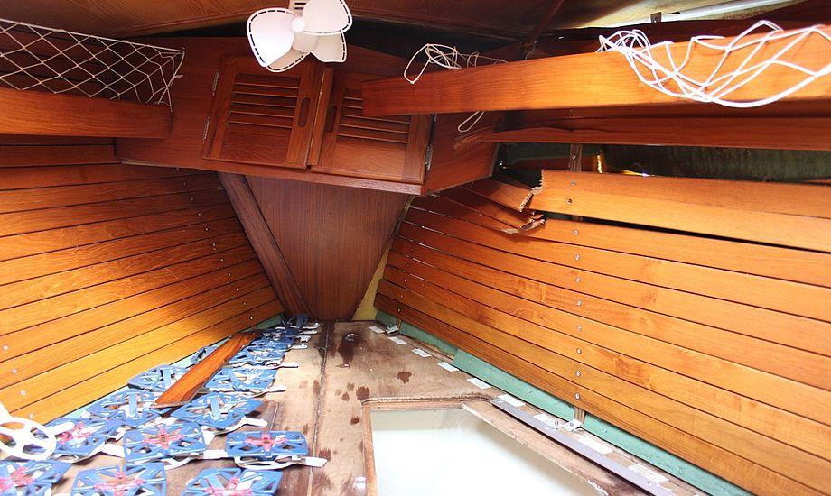 Motorbåden ramte så hårdt, at hele siden blev trykket ind på den svenske Allegro 30. Foto: Signe Storr