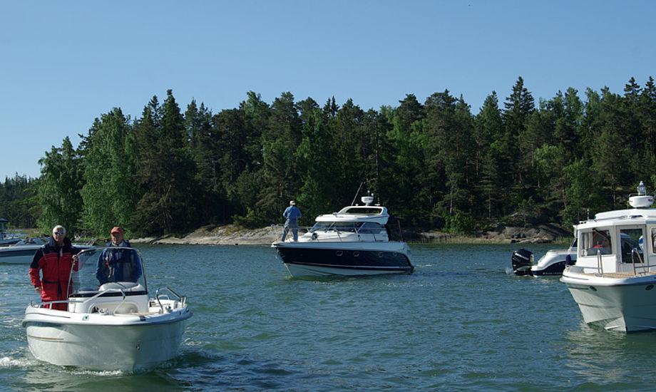 Vi sejlede typisk en time i hver motorbåd, hvorefter der blev skiftet. Sejlbådene fik mere tid. Foto: Troels Lykke