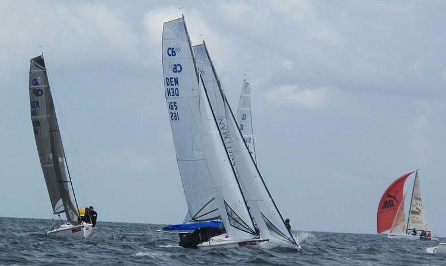 15 CB66ere deltog i Kielerugen. Båden er som en stor OK-jolle at sejle, man skal hænge hele tiden og det går stærkt på læns. Foto: Troels Lykke