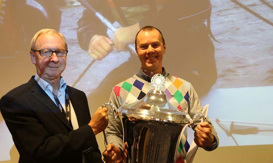 ens Bjergmose fra TORM Fonden uddeler pris til Ho Bugt Sejlklub ved næstformand Lars Thyme. Foto: Troels Lykke