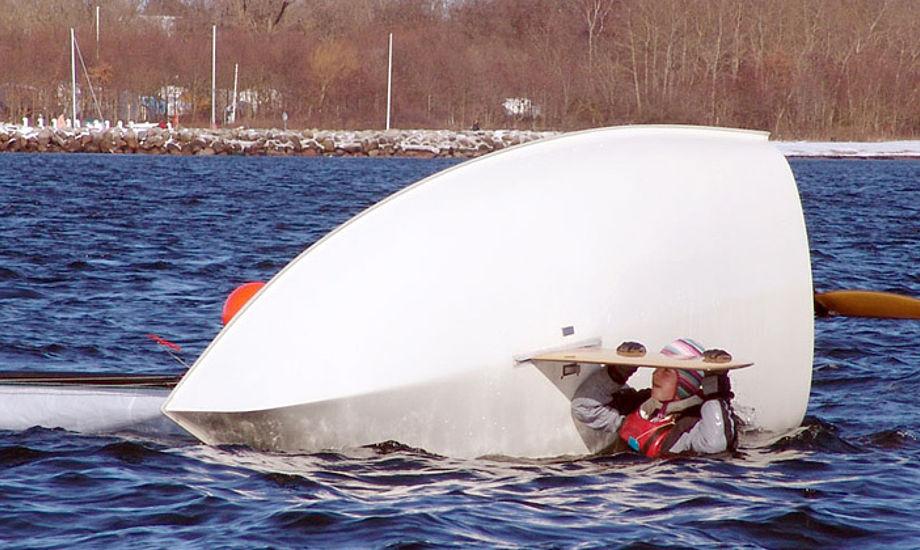 Ups, det må være koldt for Europajolle-sejleren. Foto: Søren Johnsen