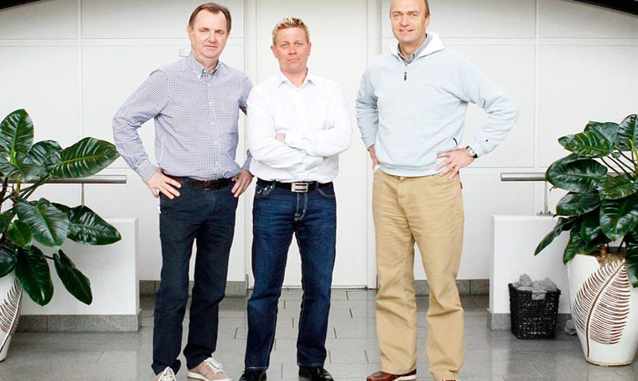 (fra venstre) CEO Claus Olsen, ny salgsdirektør Espen Kamperhaug og Jesper Bank, der nu skal fokusere på marketing, web og kontakt til Elvstrøms større kunder. Foto: Mick Anderson/Sailingpix.dk