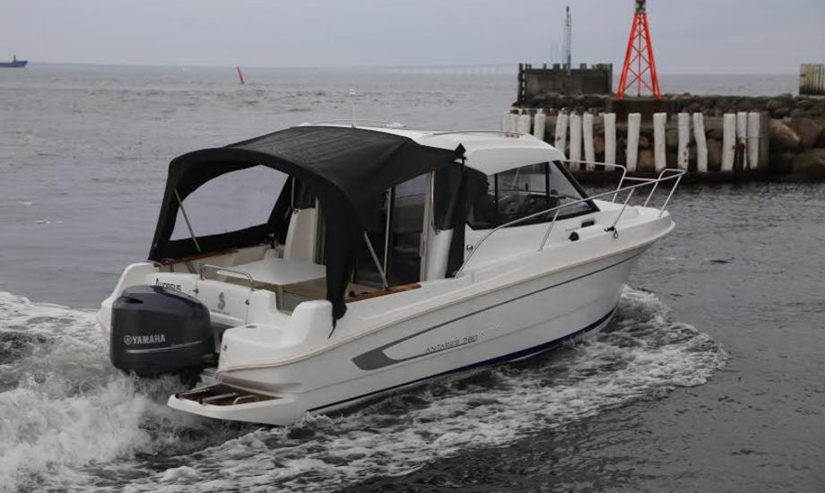 Med en 225 hk Yamaha-motor er den optimale cruisingfart på 20 knob for den franske båd. Foto: Troels Lykke