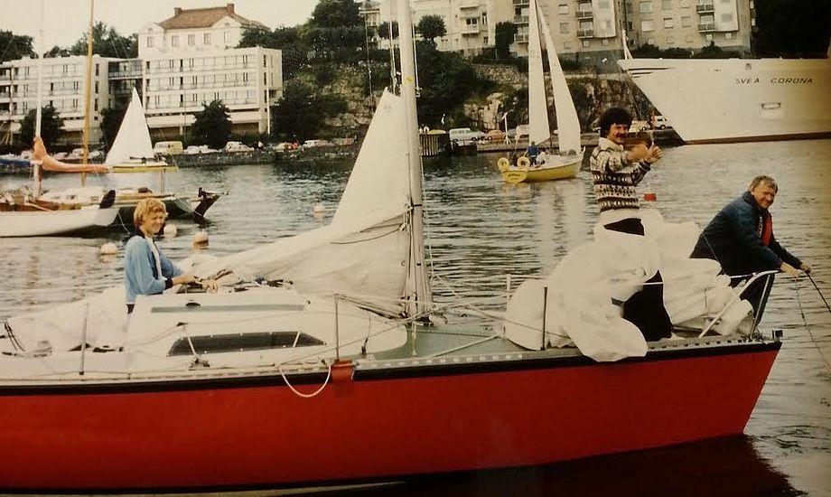 Her i Helsinki Havn efter en sejlads. Det er mig på fordækket i islandsk trøje. Jeg har undtagelsesvis fået min tyske sejlerven (i stævnen) til at lave noget praktisk. Foto: Sejladskomitéen Helsinki.
