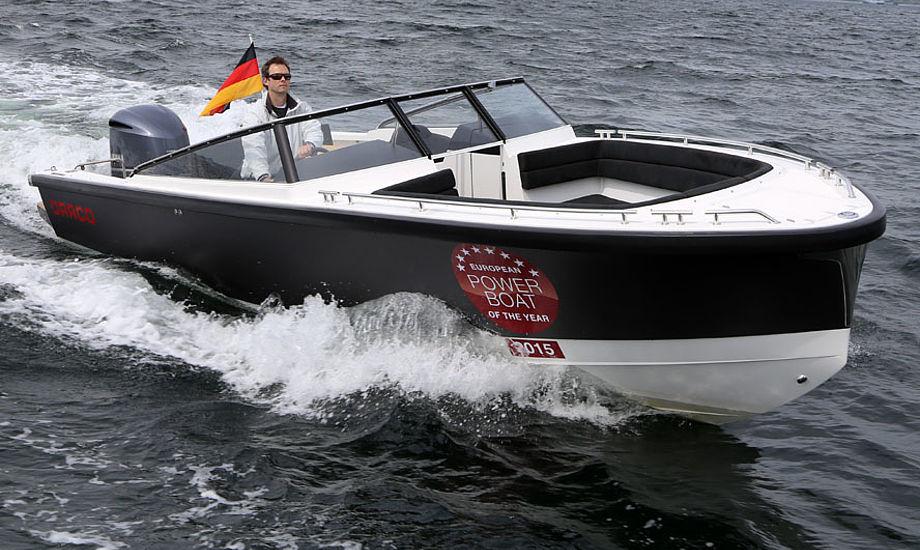 Optrækket var slående. På fire sekunder planede båden på 1850 kilo. Rattet gik let, og man er godt beskyttet, hvis man sidder ned i det polstrede sæde. Fotos: Troels Lykke