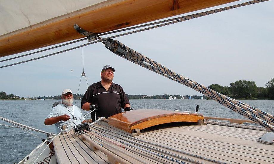 Bernt Kiær (tv.) ses her på sin båd, Pan. Foto: Privatfoto