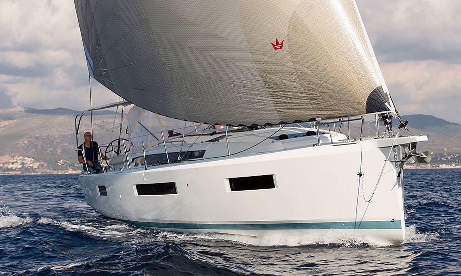Båden har et bredere forskib, hvilket giver øget stabilitet, men også mere plads i forkahytten. Den konstruktion kræver at båden ikke bliver for tung, hvis båden stadig skal have hurtige sejlegenskaber. Foto: Bertel Kolthof