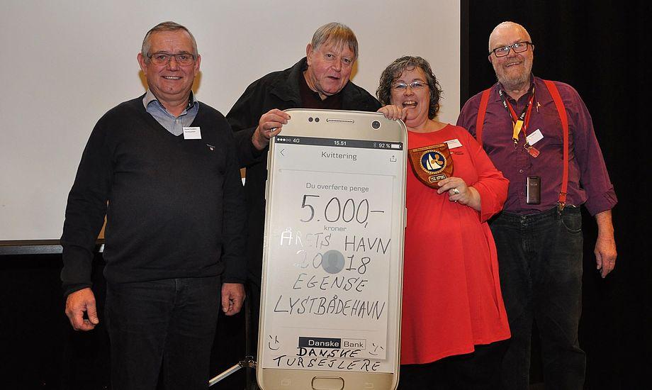 Prismodtagerne, Jan Brix, Erling Kristensen og Bettina Nielsen fra Egense Sejlklub modtog prisen med glæde og stolthed. PR-foto