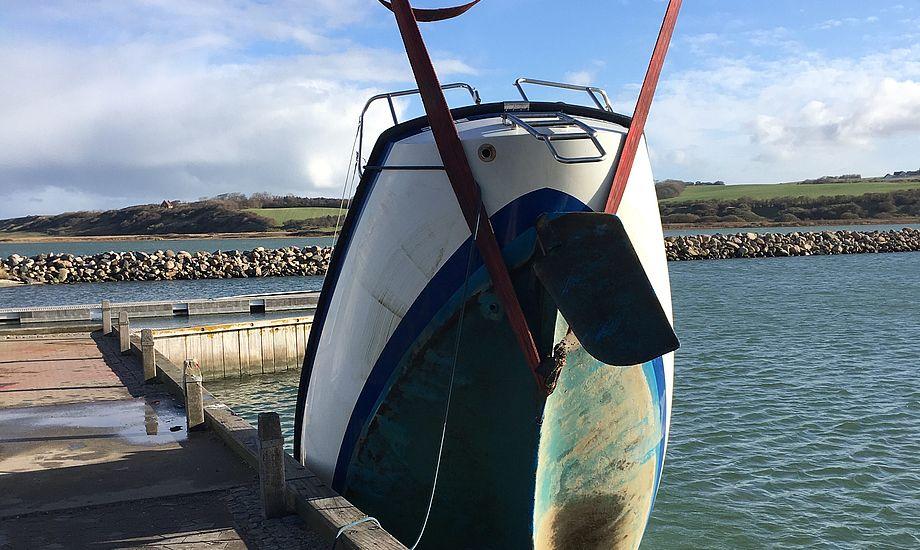 Båd tog flere hundrede liter vand ind, efter den blev tabt i kranen i Lemvig. Foto: KKW