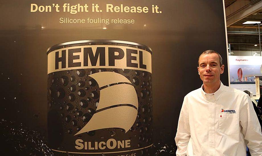 Thomas Olsen fra Hempel har store forventninger til Silic One, nu bliver det spændende at se hvordan salget går på den miljørigtige bundmaling. Foto: Troels Lykke