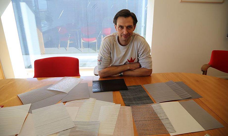 Energiske direktør Niels Bjerregaard har vendt skuden hos Elvstrøm Sails, der igen leverer sorte tal. Her viser han Epex-dug frem. Foto: Troels Lykke