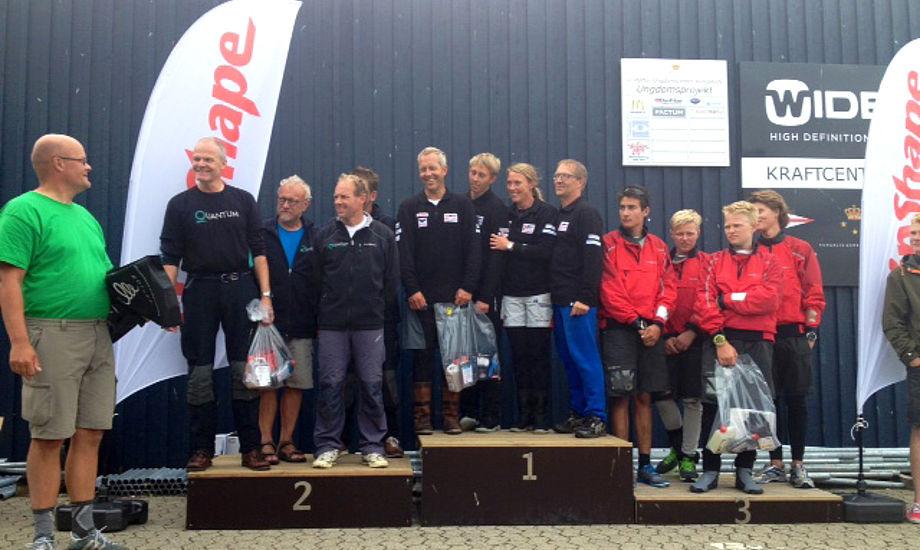 Vinderne til klassemesterskab for J/80, med fam. Jespersen på en 1.plads. Formand Jens Christian Andersen helt til højre. Foto Anders Jessen/Watski