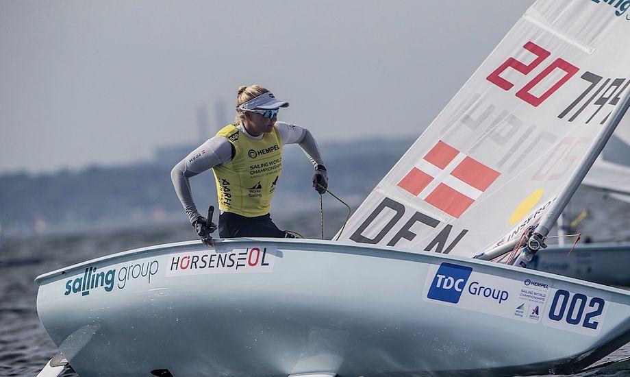 Anne-Marie Rindom havde en yderst vanskelig torsdag ved VM. Alligevel slutter hun dagen i top-3. Foto: Sailing Energy