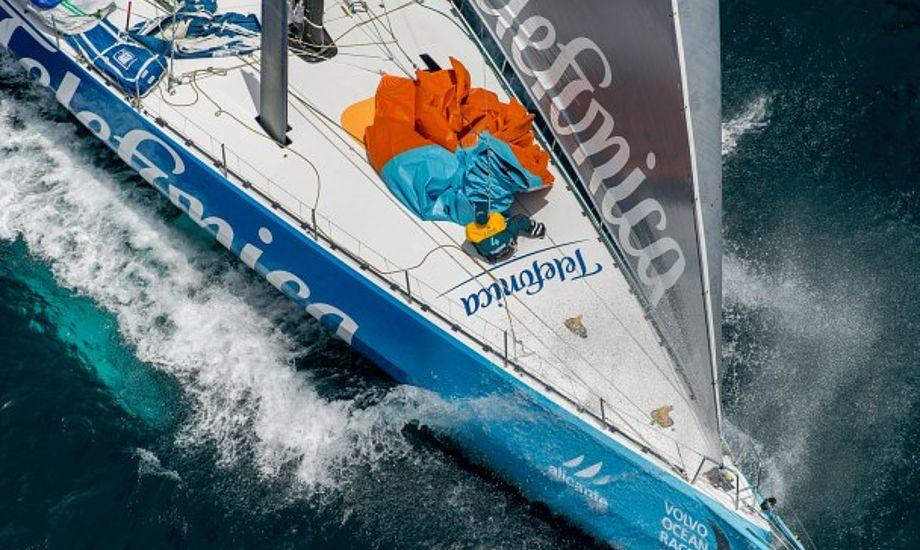 Telefonicas besætning er nede. De har sandsynligvis netop tabt Volvo Ocean Race efter en rorskade. Foto: Paul Todd/VOR