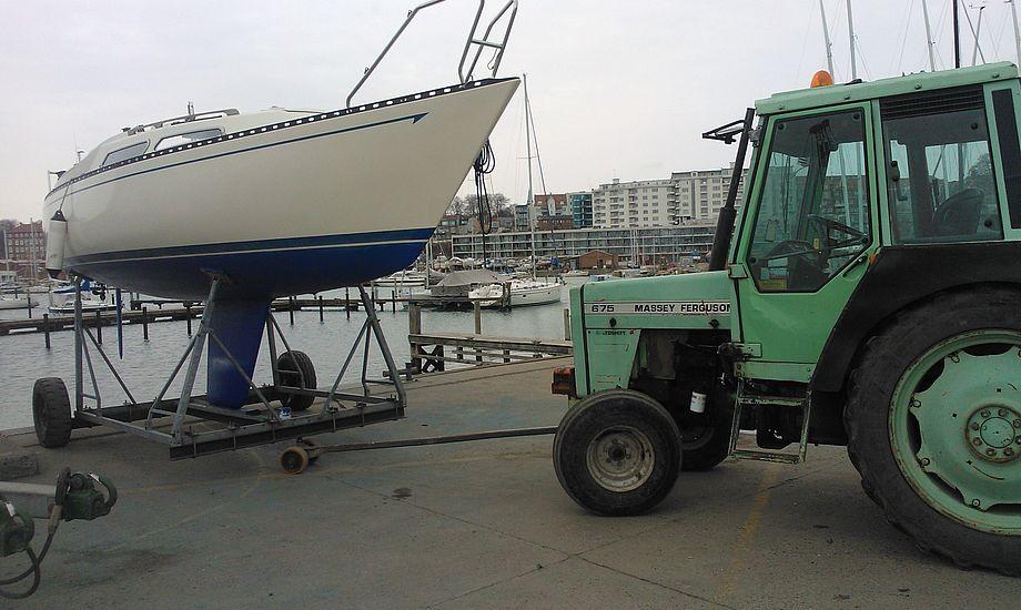 Henrik Ernst får her sin L23 i vandet. Han glæder sig til at sejle Aarhus2Star med sønnen. Foto: Troels Lykke