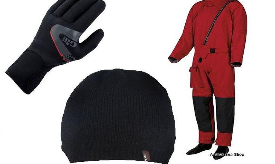 En vandtæt hue, vinterhandsker samt en våddragt kan alle hjælpe dig til varmen om vinteren.