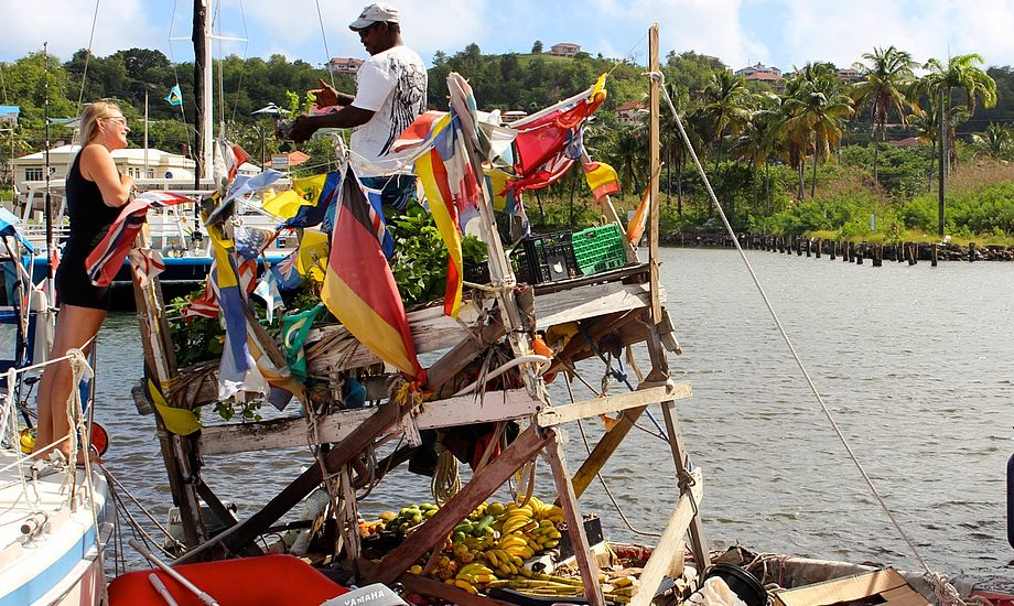 Gregory kommer forbi hver dag med frisk frugt og kokosnødder, både når vi ligger for anker og i havnen. Han har selv bygget båden.