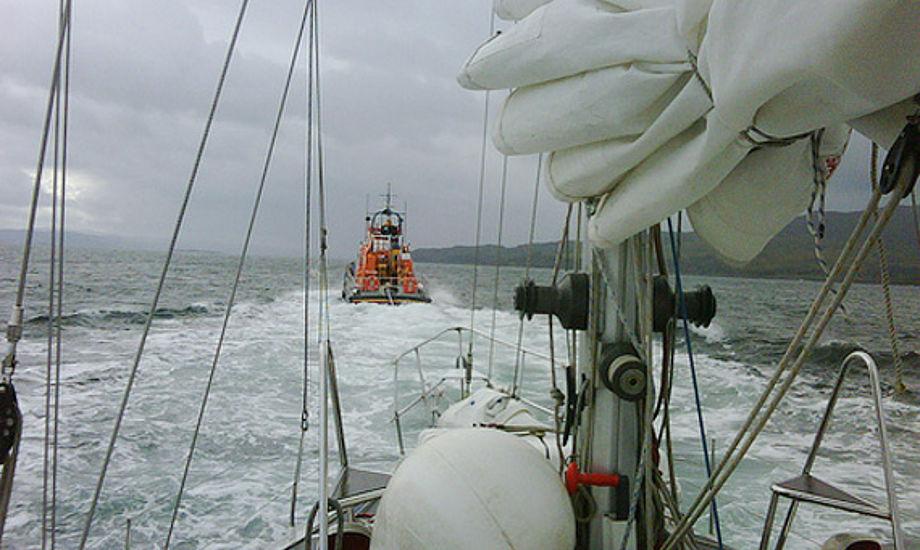Her er det en skotsk sejlbåd, der bliver slæbt i havn.