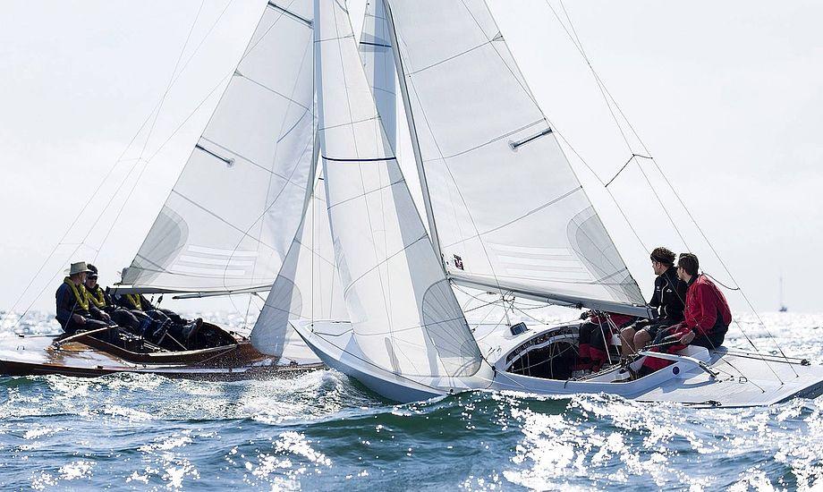 En sejr i Drageklassen er eftertragtet, hvor nogle af verdens dygtigste sejlere er med. Foto: Mogens Hansen