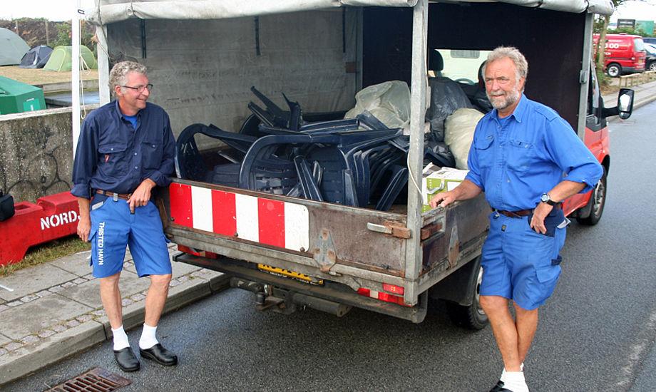 Flemming og Lars med ødelagte stole. Tre mand i H-båden må veje 300 kilo til sammen og det gør de åbenbart. Foto: Ricky Hansen