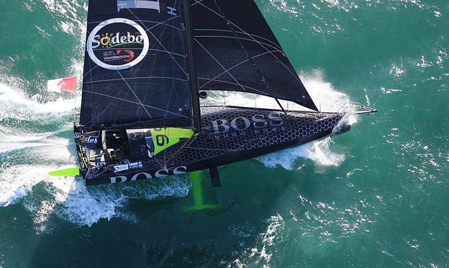 Hugo Boss er flyvende. Rekord om jorden er 78 dage i Vendee Globe. Alex Thomson tror, efter der nu er foils på seks både, at rekorden bliver på 75 dage.