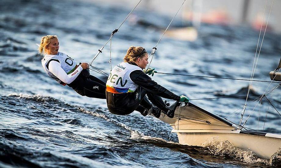 Rorsmand Jena Mai-Hansen, tv, og Katja Salskov-Iversen fyrede en del førstepladser af ved OL i Rio. Her er belønningen med bronzeplads. Foto: World Sailing
