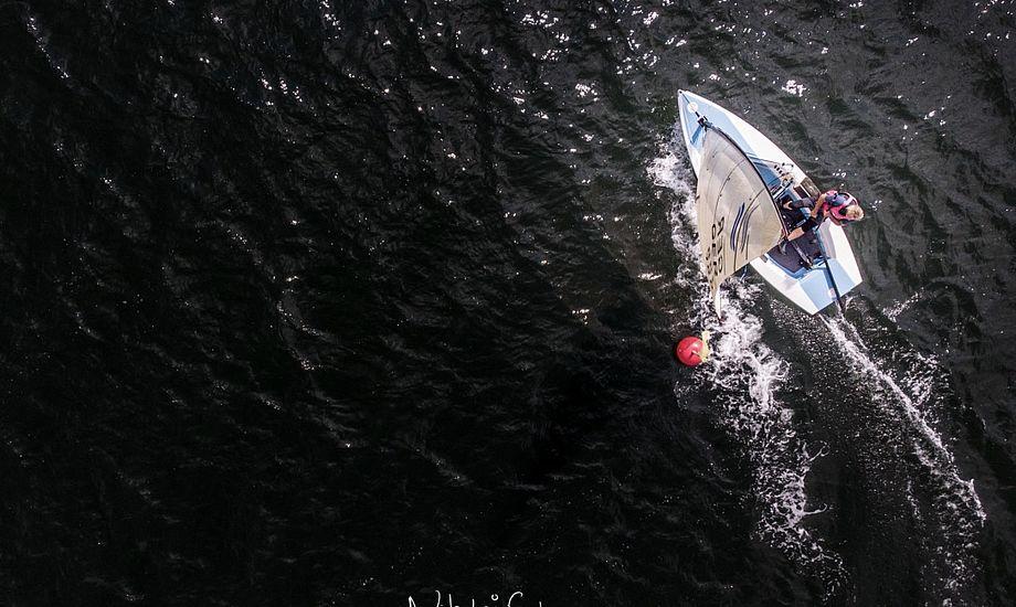 Sejlere fra fem nationer kæmper ved Finnjollernes DM. Foto: Nikolaj Schwaner