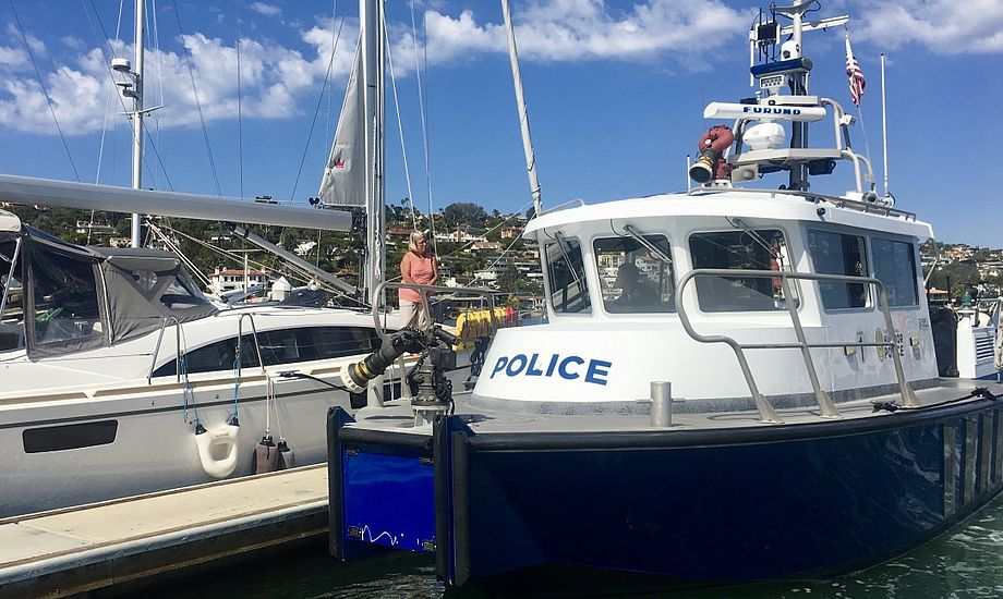 Her får en kvindelig langturssejler i San Diego besøg af betjentene. Foto: Sara Sulkjær