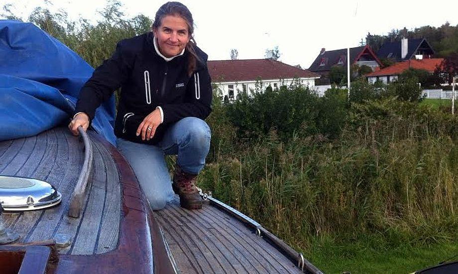Malene Wilken i færd med sommerens projekt på den svenske Vindö 40. Foto: Privatfoto