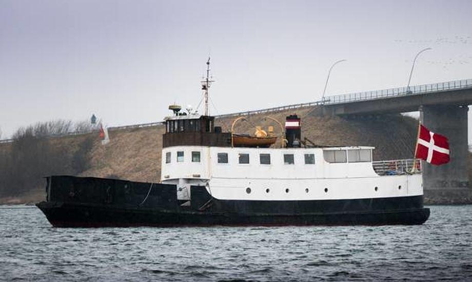 Undervejs Svendborg-Marstal passerede den sydfynske færge-veteran Egeskov Langelandsbroen. Foto: Søren Stidsholt Nielsen, Søsiden, Fyns Amts Avis.