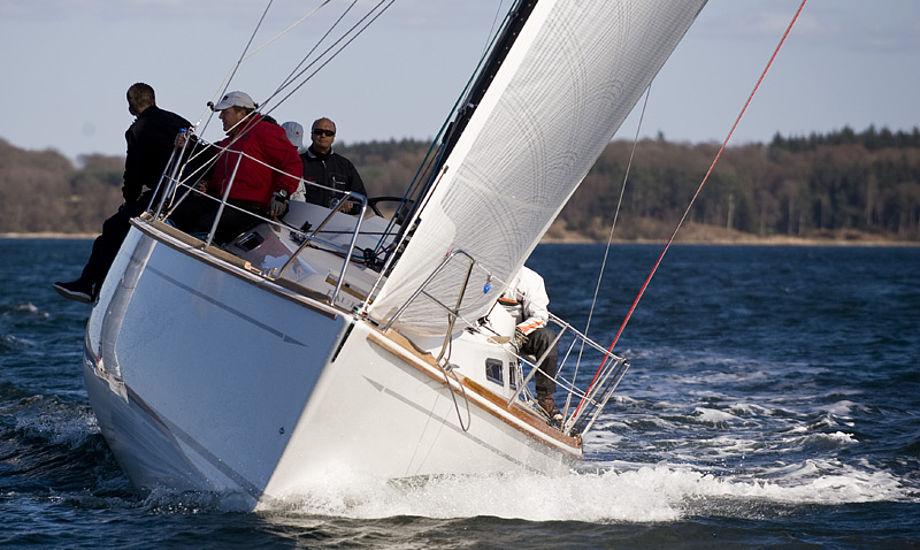 Jeg skal bruge båden lige meget til ferie og kapsejlads. Jeg har ikke holdt ferie i næsten 20 år, siger Jesper Bank til minbaad.dk. Sejlene er Elvstrøm Epex med kulfiber og kevlar-tråde.