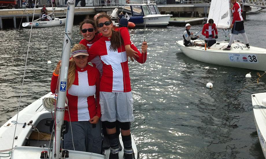 Pink Ladies – Mille, Stine og Sarah – med store smil efter dagens sejladser hvor de opnåede dagens bedste danske resultat samlet.