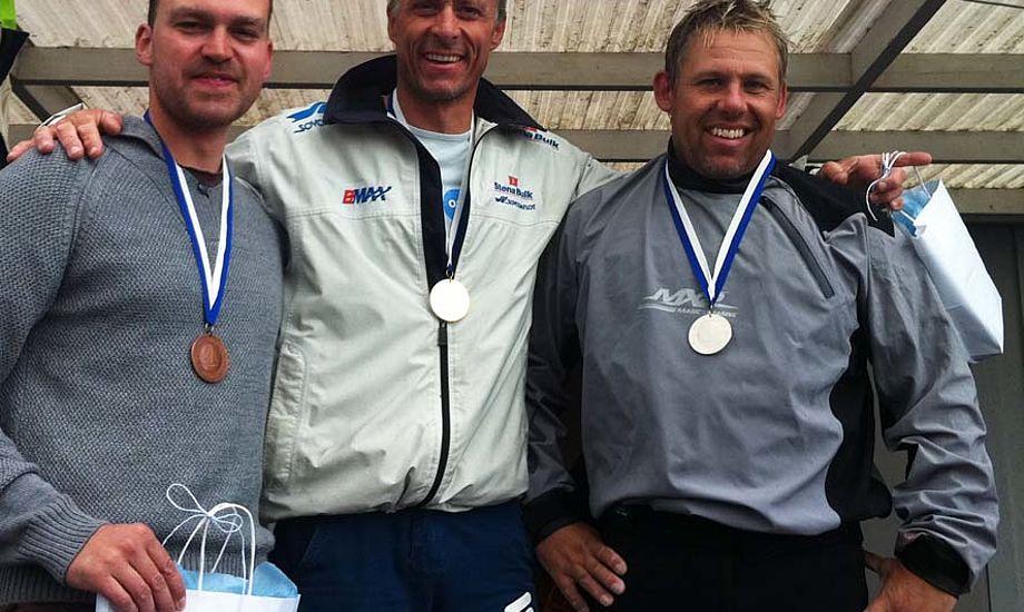 Fra venstre: Christian Olesen bronze, Stefan Myralf, guld og Thomas Hansson-Mild, Sølv ved NM i OK-jolle i Raa.
