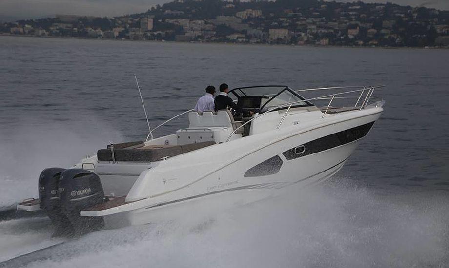 Bunden trækker luft ind to steder fra siden, som vist her. Det mindsker friktionen, når båden planer. Skroget er designet af den kendte motorbåds-designer Michael Peters. Fotos: Troels Lykke