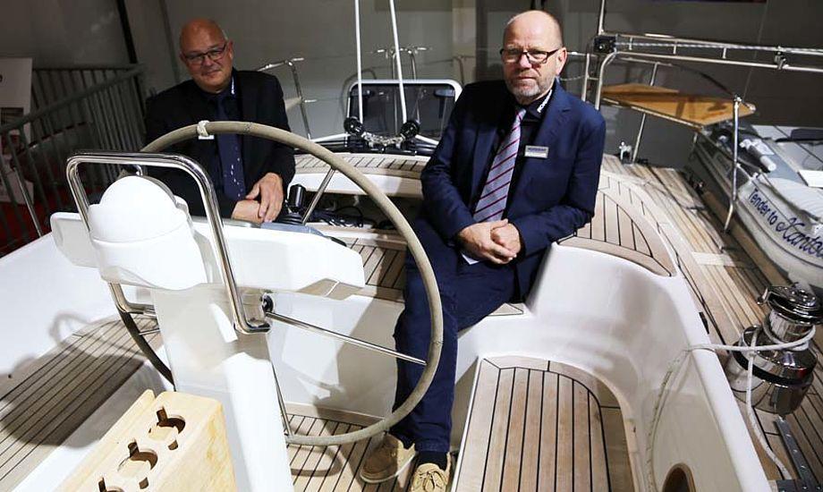Sælger Jørn Olesen, tv. og Lars Buchwald viser Nordship 430 DS frem i Hamborg. Foto: Troels Lykke