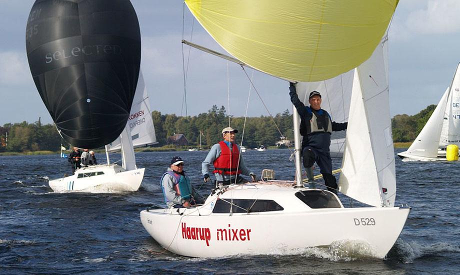 Ole Christensen er kørt mod VM på Gardasøen i H-båd. En af gasterne er den tidligere Silkeborg-borgmester Jørn Wurtz. Foto: Ole Hjort