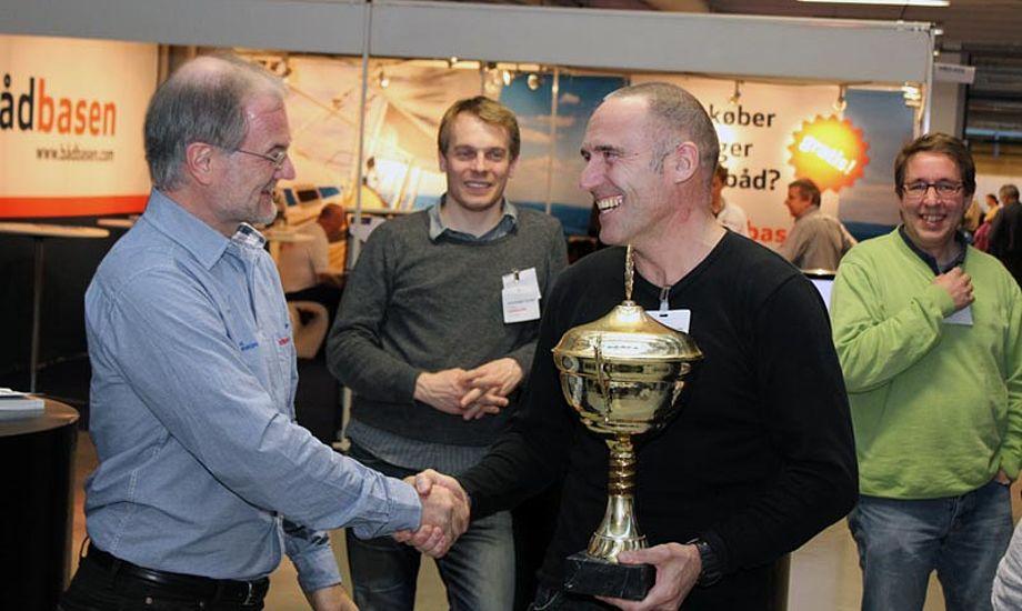 Mester i 2012 Bent Hansen, får overrakt pokalen af Dan Ibsen. Foto: VSK