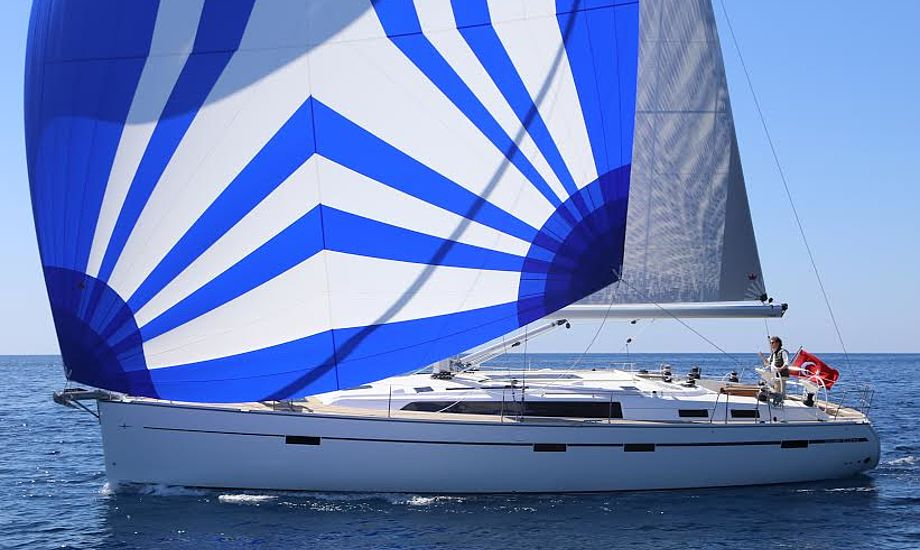 Bavaria 51 er utrolig stabil at sejle, da den har to ror i vandet. Gennakeren fra Elvstrøm Sails koster 44.531 kroner med en spilersok, der gør den let at hale op og ned. Fotos: Troels Lykke