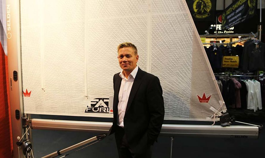 salgschef Espen Kamperhaug fra Elvstrøm Sails fortæller om rullesejlets udvikling siden 1990. I dag er der kappe på Elvstrøm Sails. Foto: Troels Lykke