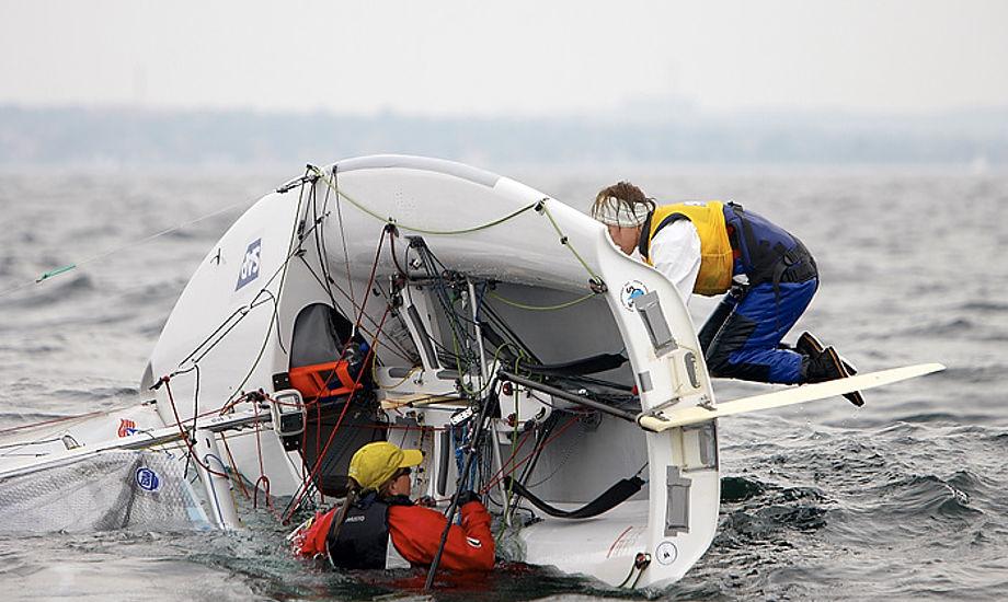 Arkivfoto med 505er i problemer. Foto: Mick Anderson / Sailingpix.dk