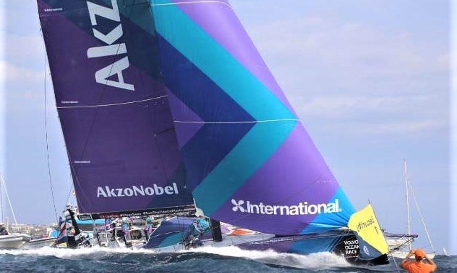 Fire personer forlod i dag AkzoNobel, der måtte tage sejlere fra landhold og låne sejler fra andet hold for at kunne sejle til Lissabon. Foto: Troels Lykke