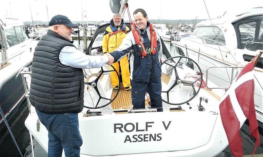 Henrik Reese tv. siger tak for handlen til Assens-sejleren, der skiftede fra Folkebåd til Dehler 34. PR-foto