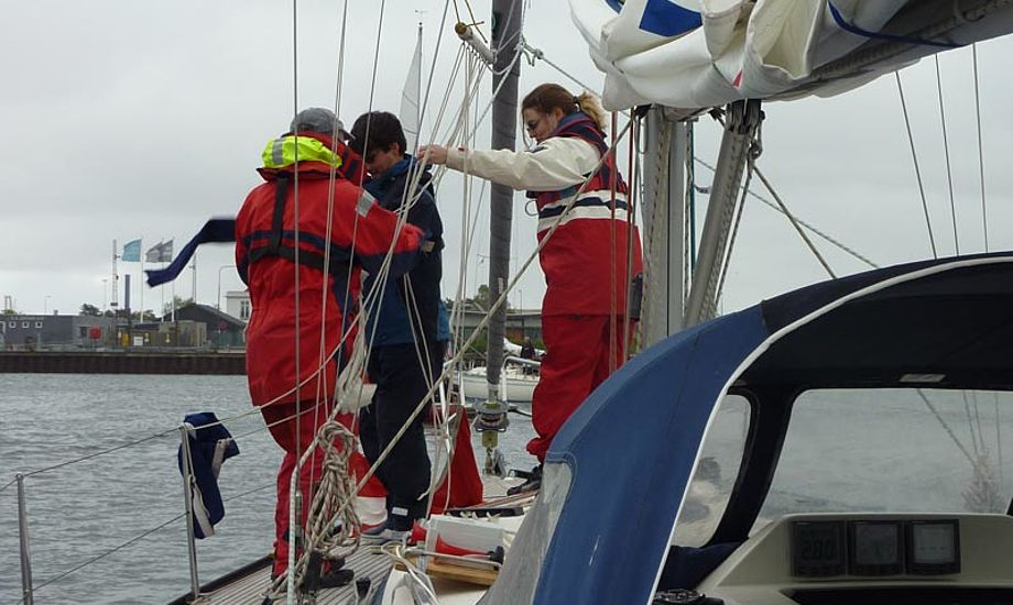 Dommerbåden rigges, til aftenmatch i Svanemøllen. Foto: Katrine Bertelsen
