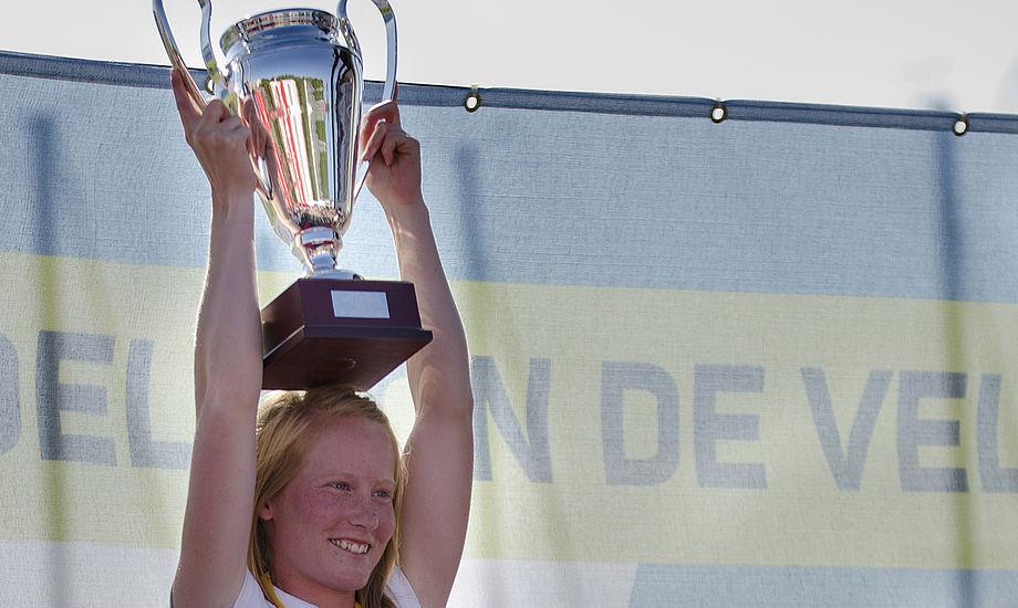 En glad Anna Livbjerg vinder VM. Hendes storesøster Signe Livbjerg vandt OL-bronze i Europajolle i 2008.  Foto: Christian Rindom