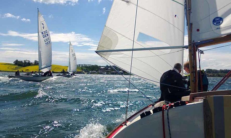 Minbaad.dk er her på Kolding Sejlklubs klubbåd med Folkebådsklubbens nye sejl. Foto: Troels Lykke