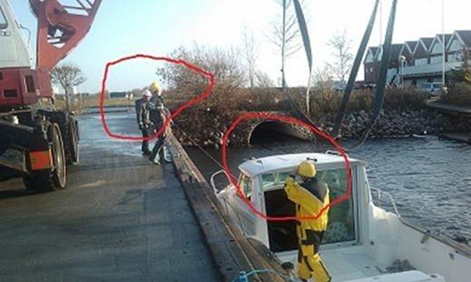 Bådhåndteringen på Vallensbæk Havn sker med egen mobilkran på 50 tons. Der løftes både op til 20 tons og køres med både op til 10 tons. Se folk med hjelme på billedet.