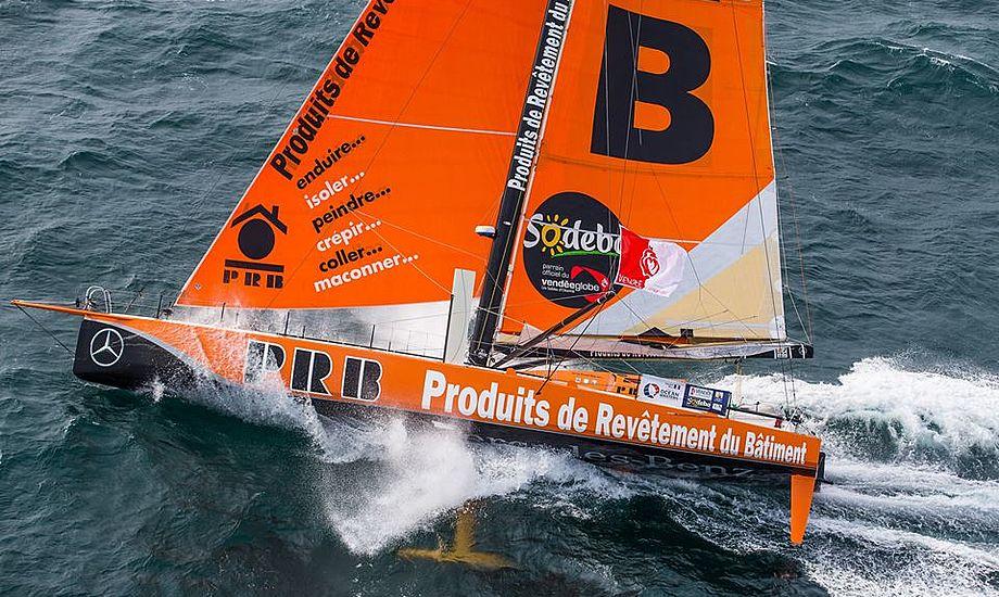 Riou sejler nu mod Cape Town, 1000 sømil mod øst, for at fikse skaden, før han skuffende sejler hjem mod Frankrig