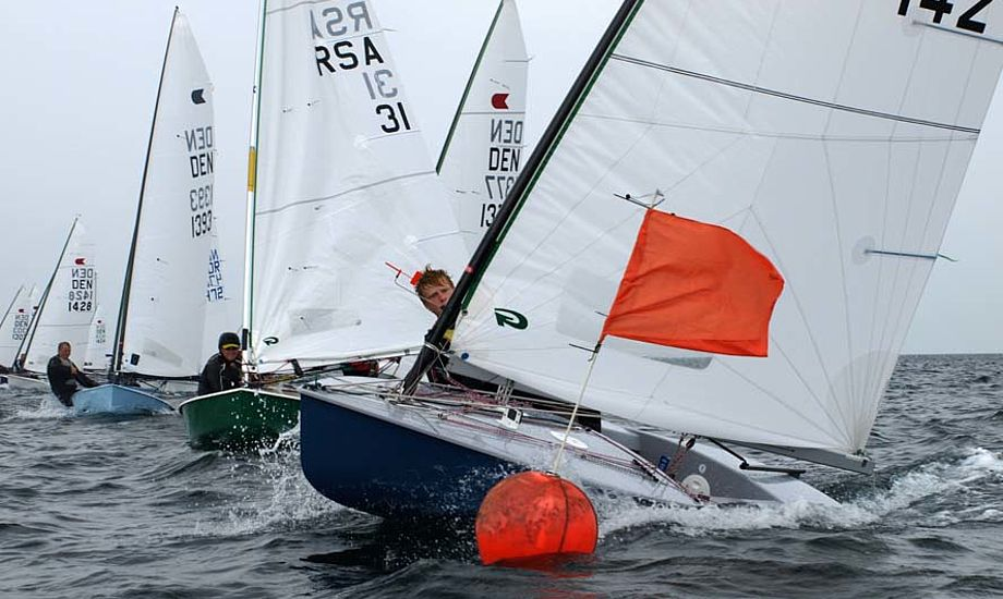Mathias Livbjerg laver en flot læ start i fredags. Der blev også sejlet lørdag og søndag. Foto: Erik Venøbo
