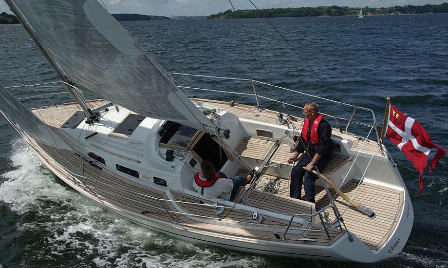 Farurby 325 med 60 cm højere sportsrig, der gjorde båden levende i 7-9 m/sek. En tursejler bør tage standardrig. Foto: Troels Lykke